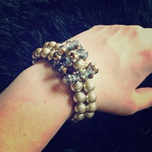 Jewelry - Beautiful faux pearl and bead bracelet!